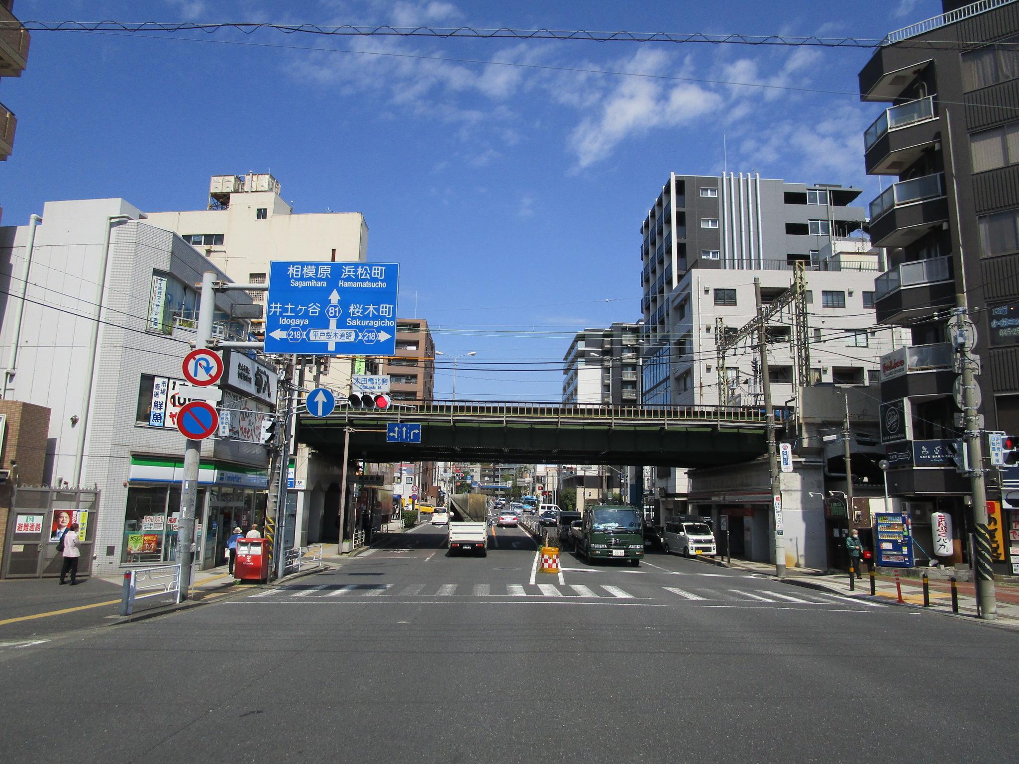 京急本線黄金町駅駅前